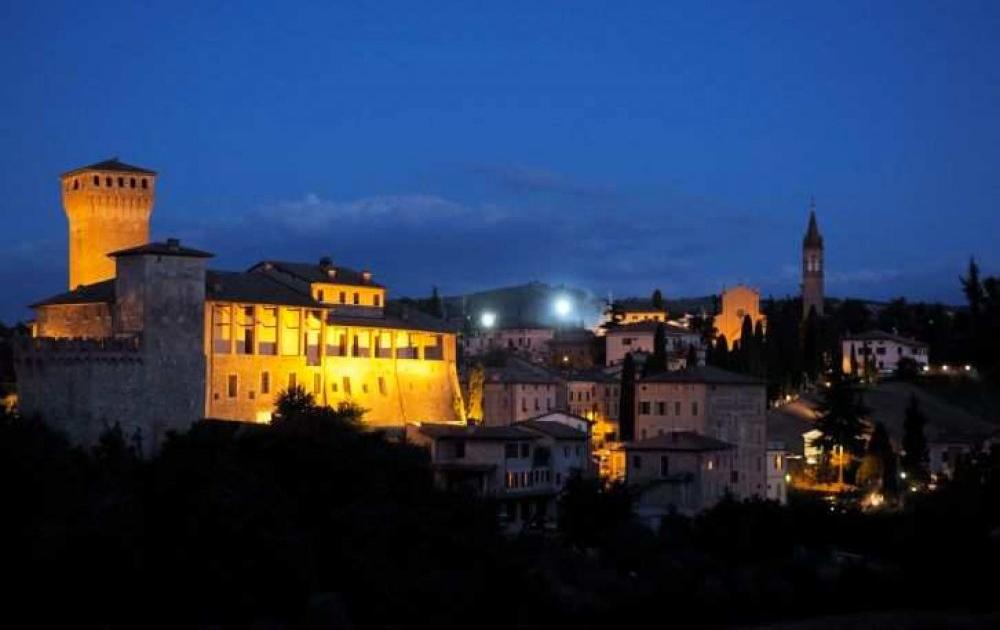 Immagine di castello su collina